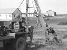 Установка бетонной опоры линий электропередачи
