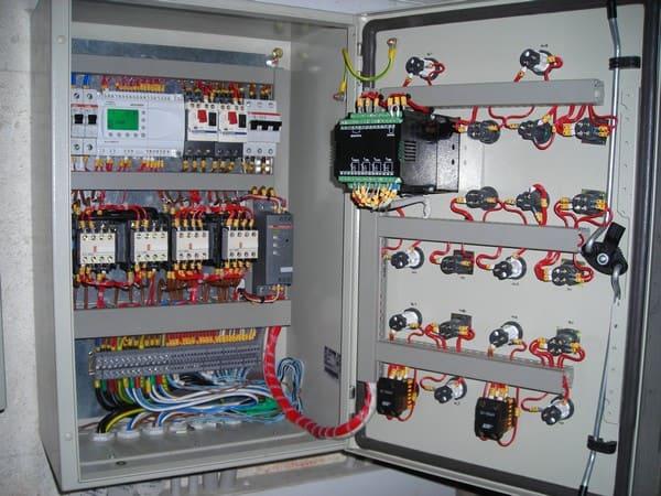 использовании щитов управления и автоматики