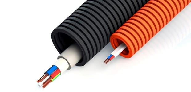 на фото красная и черная гофра для кабеля