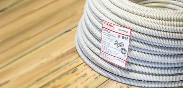на фото гофра для кабеля производства DKC: кабель в трубах