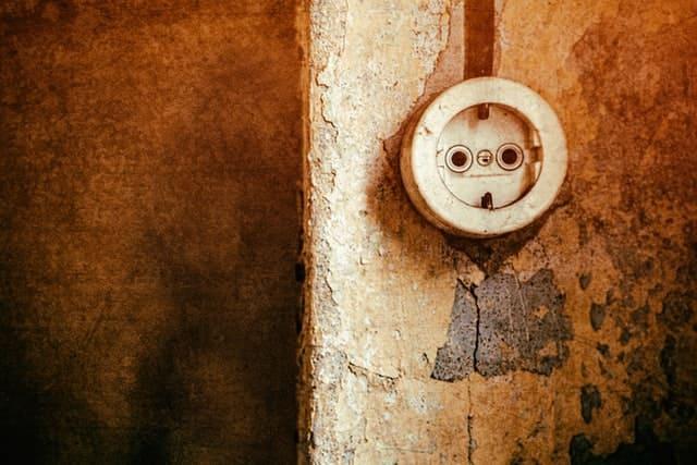 старая электрическая розетка