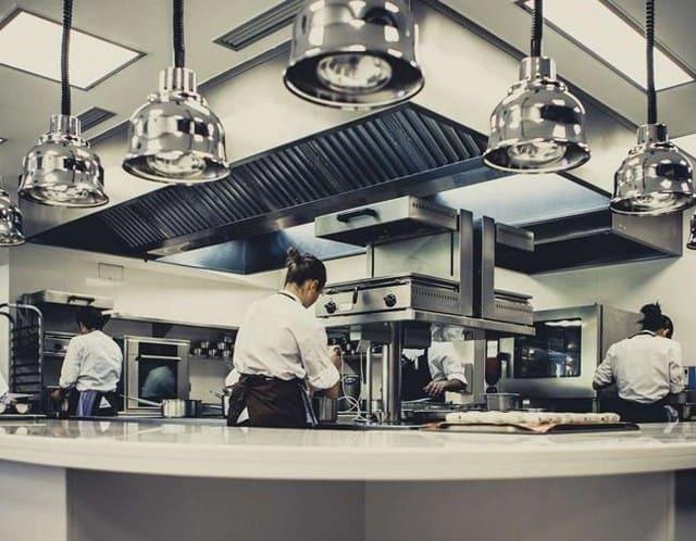 кухня в ресторане оборудована